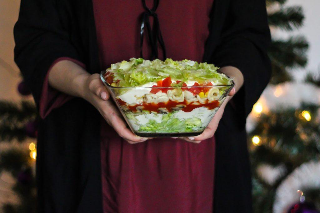 przepis na sałatke z tortellini warstwową
